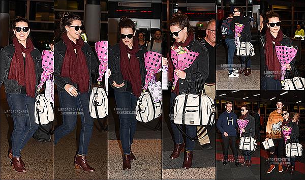 31 / 05 / 17 : Katherinecontente a été vue à l'aéroport de Perth et de Sydney en Australie. Katherinea été avec le sourire et un bouquet de fleurs de fans pour son arrivé à Los Angeles pour le tournage de 13 reasons Why.