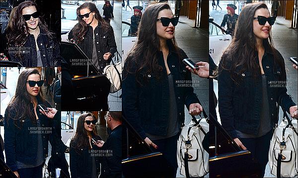 02 / 06 / 17 : Katherinea été vue quitter son hôtelQT Hotelà Sydney en Australie.  Katherinea été avec le sourire et était à Sydney pour faire un travail de presse. Je dis Flop, je n'aime pas ses lunettes et sa tenue.