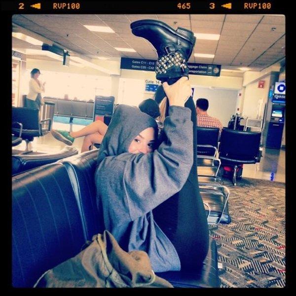 Voici ce que fait Demi dans les aéroport