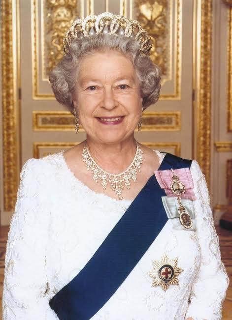 Élisabeth II (en anglais : Elizabeth II), née le 21 avril 1926 à Mayfair (Londres), est le monarque constitutionnel du Royaume-Uni de Grande-Bretagne et d'Irlande du Nord ainsi que de quinze autres États souverains (appelés royaumes du Commonwealth) et de leurs territoires et dépendances, ainsi que le chef du Commonwealth of Nations regroupant 52 États.