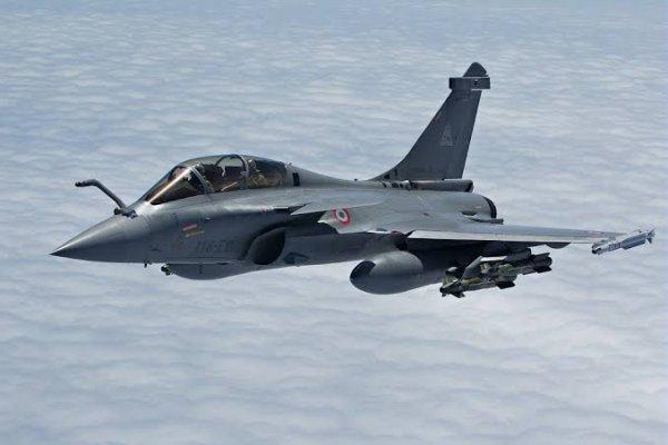 Le Rafale de Dassault Aviation est un avion de combat omnirôle développé pour la Marine nationale et l'Armée de l'air françaises, et livré à partir du 18 mai 2001.