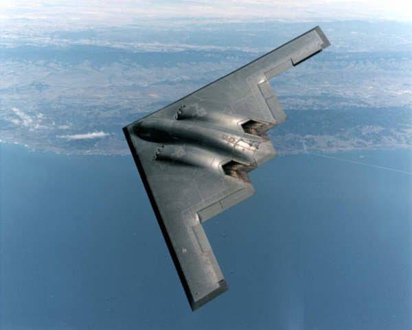 Le cockpit dispose de deux sièges éjectables Douglas/Weber ACES II s'évacuant vers le haut, d'une toilette chimique et d'un coin-cuisine, et offre suffisamment d'espace pour un troisième membre d'équipage ou pour « un sac de couchage pour les longues missions » selon l'USAF. Le pilote contrôle l'ordinateur de mission qui gère la désignation des cibles, ou leur redésignation en vol. La navigation et le tir de l'armement sont la responsabilité de l'officier système d'armes (WSO), assis sur le siège de droite. Les deux postes d'équipage disposent de quatre écrans multifonctions couleur chacun. L'appareil est équipé d'un système quadruple de commandes de vol électriques numériques contrôlant les gouvernes de bord de fuite des ailes, combinant les fonctions d'aileron, de gouverne de profondeur et de volets qui représentent 15 % de la surface de l'aile. Un embryon d'empennage horizontal sert de compensateur de profondeur ainsi que d'amortisseur de rafales en coopération avec les ailerons