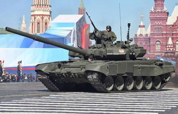 Le T-90 « Vladimir » est un char de combat principal russe entré en production en 1994. Il combine le châssis du T-72 et l'électronique de bord du T-80 avec des systèmes défensifs élaborés tels que le blindage réactif Kontakt-5 et le brouilleur anti-missile Shtora-1. Il est en service en Russie à raison de 700 exemplaires environ, ainsi qu'en Inde et en Algérie.