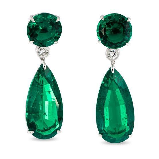 الزُّمُـرُّد نوع من معدن البريل والمكون من سيليكات البيريليوم والألومنيوم, يتم العثور عليه في مناجم بين الصخور الصلدة والرخام بخلاف معظم الأحجار الكريمة, لونه أخضر غامق عميق وشفاف, ويحتل المرتبة الثالثة من حيث الأهمية. يكتسب لونه الأخضر لوجود كميات ضئيلة من الكروم أو الحديد, يعتبر الزمرد من الأحجار الكريمة, وبالمقارنة بالأوزان يعتبر الأعلى قيمة بين الأحجار الكريمة, خاصة عندما يتخلله عروق من أملاح معدنية أخرى, ولأملاح البريل قساوة بين 8 و10 على مقياس موس لقساوة المواد. تحتوي معظم بلورات الزُّمرُّد على قشور دقيقة يطلق عليها أحيانا اسم سُتُر. كما تحتوي على جسيمات دخيلة متعدّدة. إن أحجار الزُّمُرُّد الكاملة لنادرة جدا، وإذا وُجدت تكون أغلى من الماس. والزُّمُرُّد الأزرق أغلى من الزُّمُرَّد ذي اللون الأصفر