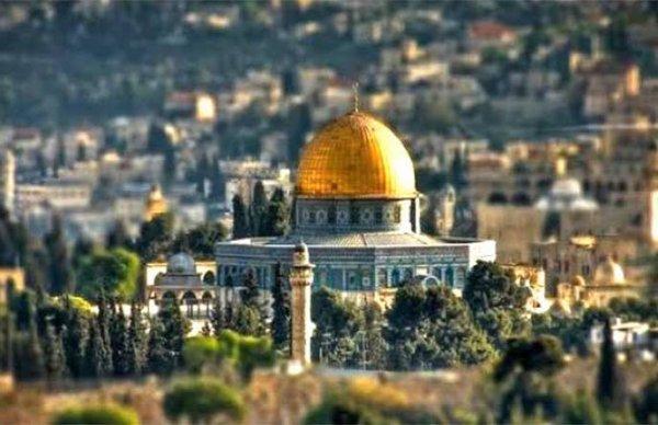 Jérusalem /ʒe.ʁy.za.lɛm/ (ou Salem, également nommée Hiérosolyme ou Solyme en ancien français ; יְרוּשָׁלַיִם Yerushaláyim en hébreu [dénomination israélienne officielle] ; arabe : القدس al Quds ou اورشليم Ûrshalîm [dénomination israélienne officielle en arabe]) est une ville du Proche-Orient qui tient une place centrale dans les religions juive, chrétienne et musulmane.