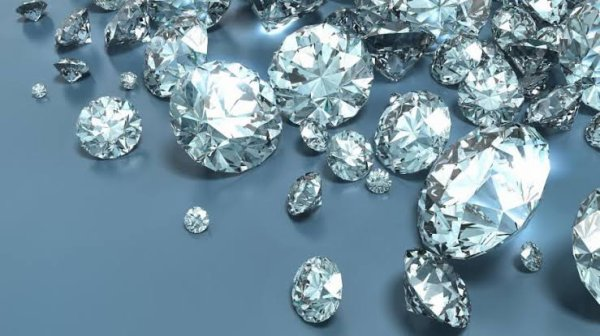 La classification des diamants s'organise aussi selon qu'il y ait ou non une présence d'azote dans sa structure, ce qui modifie ses propriétés optiques. On distingue deux types : le type I où la présence d'azote est avérée, et le type II sans azote, très rare et qui correspond à des durées de formation plus longues.