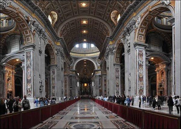 La basilique abrite également un grand nombre de trésors artistiques, parmi lesquels la Pietà de Michel-Ange, le baldaquin du maître-autel (commandé en 1624 par Urbain VIII au Bernin il a été coulé avec le bronze ornant initialement le fronton du Panthéon, sa hauteur est de 29 mètres) et le tombeau d'Alexandre VII par Gian Lorenzo Bernini, le tombeau d'Innocent VIII d'Antonio del Pollaiolo ou encore la statue de saint Pierre d'Arnolfo di Cambio.