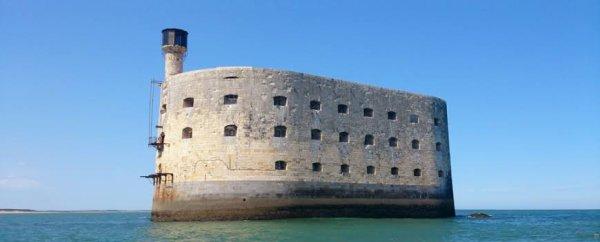 Un premier observatoire marégraphique est installé par les ingénieurs hydrographes en 1859 au Fort Enet, à l'extrémité nord de l'estuaire de la Charente (extrémité du rocher d'Énet à la Pointe de la Fumée). Des problèmes d'envasement régulier de son puits de tranquillisation poussent l'ingénieur hydrographe Jean Jacques Anatole Bouquet de La Grye à rechercher un autre emplacement pour réaliser les mesures du niveau de la mer dans le pertuis d'Antioche. En 1869, des travaux sont réalisées sur la jetée nord du barachois et, en 1873, le marégraphe est transféré du fort Enet au fort Boyard. Le 11 août de la même année, les premières observations du niveau de la mer sont réalisées. Il fonctionnera jusqu'en 1919,.