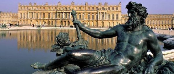 Le château de Versailles est un château et un monument historique français qui se situe à Versailles, dans les Yvelines, en France. Il fut la résidence des rois de France Louis XIV, Louis XV et Louis XVI. Le roi et la cour y résidèrent de façon permanente du 6 mai 1682 au 6 octobre 1789, à l'exception des années de la Régence de 1715 à 1723.