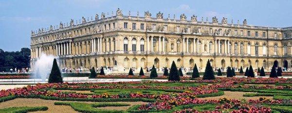 Le château de Versailles est situé au nord-ouest du territoire de la commune de Versailles sur la place d'Armes, à 16 kilomètres au sud-ouest de Paris, en France. On entend, par « château de Versailles », à la fois la construction palatiale et ses proches abords, ainsi que l'ensemble du domaine de Versailles, incluant alors — entre autres — les Trianons, le Grand Canal et le parc du château de Versailles.