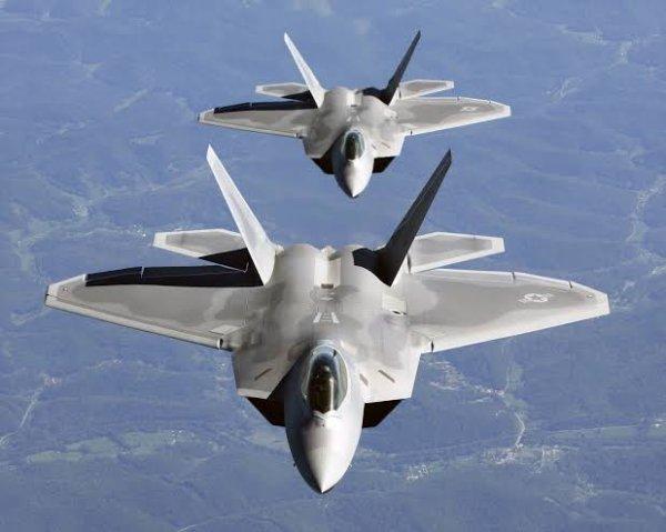 En avril 1991, l'USAF annonça que l'YF-22 avait remporté la compétition et que le moteur retenu était le Pratt & Whitney F119. Onze avions de présérie furent commandés, dont deux biplaces. Alors que le premier prototype était utilisé pour des essais au sol puis envoyé au musée de l'USAF, le second fut détruit lors d'un accident en avril 1992. Le premier avion de présérie fit son vol inaugural le 7 septembre 1997, avec un certain nombre de modifications de structure par rapport à l'YF-22 (fuselage plus court, envergure augmentée, etc.).
