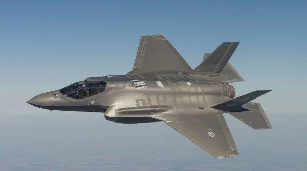 Le F-35 Lightning II (également connu sous le nom générique de F-35 Joint Strike Fighter ou F-35 JSF) est un projet d'avion multirôle conçu par le Pentagone et développé depuis 1996 par le constructeur Lockheed Martin, avec comme principaux partenaires Northrop Grumman et BAE Systems