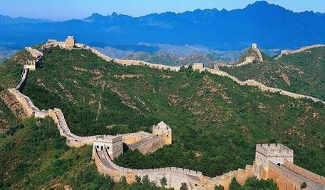 La Grande Muraille est située en Chine, au nord. Elle part de la frontière avec la côte au nord de Pékin et va jusqu'au désert de Gobi.