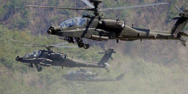 L'Apache est doté d'une tourelle-canon M230 de type chaingun de calibre 30 mm. La portée est de 1 500 m et le débattement limité à 11° vers le haut (+30° pour l'EC665 tigre) ce qui limite les possibilités de combat air-air.
