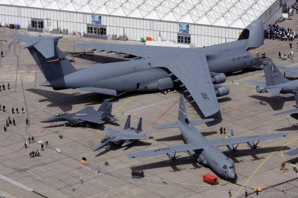 Le Lockheed C-130 Hercules est un avion de transport militaire conçu par les États-Unis au début des années 1950. Il a rencontré un succès remarquable avec plus de 2 200 exemplaires construits pour une cinquantaine de pays utilisateurs, et reste en 2016 encore largement utilisé, et toujours produit.