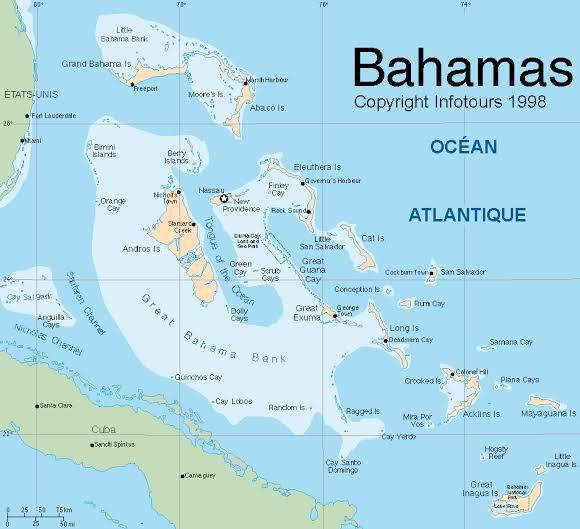 La population bahaméenne est à 85 % d'origine africaine et à 12 % d'origine européenne. La langue officielle est l'anglais, qui est, avec le créole local formant un continuum, la langue de 100 % de la population, selon le recensement de 2010,.