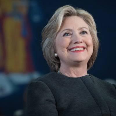 Hillary Diane Clinton, née Rodham le 26 octobre 1947 à Chicago (Illinois), est une femme politique américaine, notamment secrétaire d'État des États-Unis de 2009 à 2013.