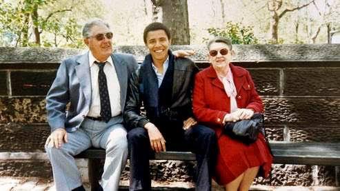 À la fin de ses études, au lieu de devenir adjoint au juge Abner Mikva, Barack Obama revient à Chicago pour devenir enseignant en droit constitutionnel à l'université de Chicago où il travaille jusqu'en 2004. Il entre dans un cabinet juridique spécialisé dans la défense des droits civiques