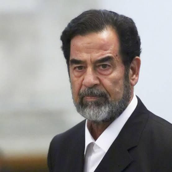 Des milliers de cadres du parti Baas sont alors convoqués d'urgence et vingt-deux d'entre eux, accusés de trahison, sont arrêtés en pleine assemblée, présidée par « un Saddam Hussein fumant le cigare et pleurant parfois », et sont emmenés à l'extérieur pour être exécutés sommairement. La scène est filmée ; elle servira à asseoir le pouvoir du nouveau chef d'État en Irak.