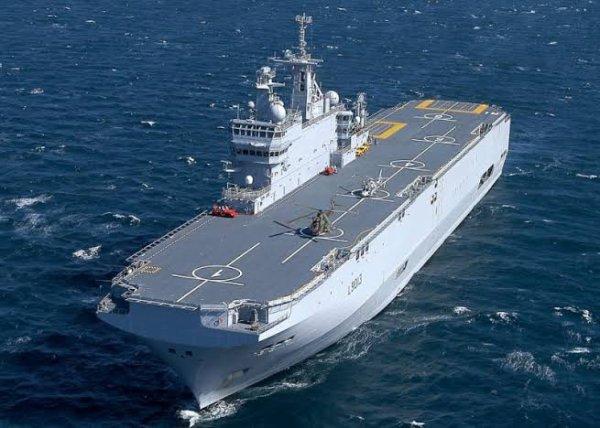 Le Mistral (L9013) est un bâtiment de projection et de commandement (BPC) de la Marine nationale. Il est le premier et a donné son nom à une série de 3 unités : la classe Mistral. Porte-hélicoptères d'assaut amphibie, son appellation OTAN est Landing Helicopter Dock (LHD).