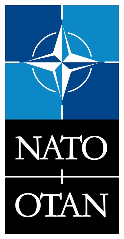 Le déploiement de missiles de portée intermédiaire et d'armes nucléaires tactiques commence en 1955 en Allemagne de l'Ouest, en 1957 en Italie et en 1958 en France,,. Le déploiement s'accélère dans les années 1960, le pic est atteint en 1971 avec 7 300 munitions nucléaires pour tous les types de vecteur nucléaire disponibles (obus, missiles sol-sol et sol-air, charges de profondeur, etc.) stockées dans sept pays de l'OTAN. Poursuivant une politique d'association plus importante des forces armées non-américaines de l'OTAN à la dissuasion nucléaire à partir du début des années 1960, environ 35 à 40 % de ces armes sont opérées par des forces non-américaines, sous « double clé » en partage nucléaire avec les États-Unis, équipées de dispositif de sécurité et d'armement. En raison de sa position en première ligne, l'Allemagne de l'Ouest accueille une proportion très importante de ces armes nucléaires tactiques. À la fin des années 1970 et dans les années 1980, des retraits successifs ramènent leur nombre à moins de 4 000 armes lorsque le bloc de l'Est s'effondre en 1990/1991 et à 480 armes en 1994, ces dernières étant désormais exclusivement des bombes B61 larguées par avion,,.