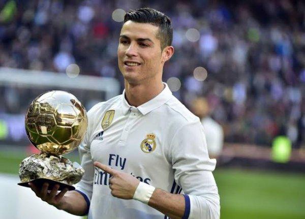 Cristiano Ronaldo dos Santos Aveiro, couramment appelé Cristiano Ronaldo et surnommé CR7, né le 5 février 1985 à Funchal sur l'île de Madère, est un footballeur international portugais.