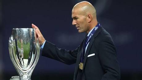 Alors que Zinédine Zidane a déjà rencontré Florentino Pérez, au cours d'un gala UEFA en août 2000[C 10], le président madrilène, qui veut bâtir une équipe « galactique » composée de stars, souhaite faire venir le joueur français au Real Madrid[S 32],. Après plusieurs mois de négociations entre le club espagnol et la Juventus[S 33],, le transfert est officialisé le 8 juillet 2001[S 34] par Alain Migliaccio, l'agent de Zizou[S 35]. La somme s'élève à 75 millions d'euros[Note 3] : Zidane devient alors le transfert le plus cher de l'histoire du football[Note 4],. Il est présenté officiellement le lendemain à la Ciudad Deportiva[Note 5] du Real Madrid devant la presse et reçoit des mains d'Alfredo Di Stéfano le numéro 5, porté précédemment par Manuel Sanchís.
