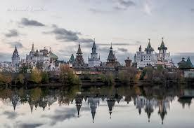 Le kremlin de Moscou (russe : Московский Кремль, Moskovskiy Kremlʹ), souvent appelé simplement le Kremlin, est une forteresse située au c½ur de Moscou, capitale de la Russie.