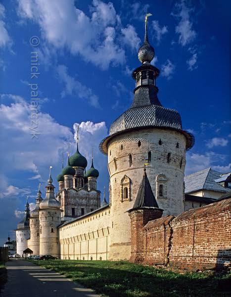 Comme l'ont montré des recherches archéologiques, les premiers établissements humains de Moscou, remontant à la préhistoire, furent fondés sur une éminence dominant la rivière Neglinnaïa à l'endroit où celle-ci rejoint la Moskova, et que l'on nomme colline Borovitskaïa. On n'y a pas trouvé, cependant, de traces de fortifications antérieures au XIe siècle ; la cité naissante fut agrandie sous le prince Iouri Dolgorouki, Grand-Duc de Kiev, au XIIe siècle. La forteresse, constituée d'un talus de terre de huit mètres de haut surmonté d'une palissade de trois mètres est signalée comme kremlin pour la première fois en 1331, lorsque le prince Ivan Kalita (1325-1340) la fait donc entourer d'une enceinte de pieux de chêne.