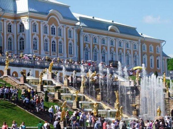 Le palais de Peterhof (en russe : Петергоф) est situé à Peterhof à environ 25 km du centre de Saint-Pétersbourg, sur la rive sud du golfe de Finlande, bras de la mer Baltique.
