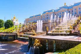 La composante la plus spectaculaire du parc est la falaise d'une vingtaine de mètres de haut à un peu plus deux cents mètres de la rive aménagée comme les jardins du bas (Nijniï Sad), de 1,02 km2 sur environ 200 m. La majorité des fontaines de Peterhof est placée là et il y a plusieurs petits palais et constructions. À l'est de ces jardins se trouve le parc Alexandre, une addition ultérieure considérée comme distincte de Peterhof.