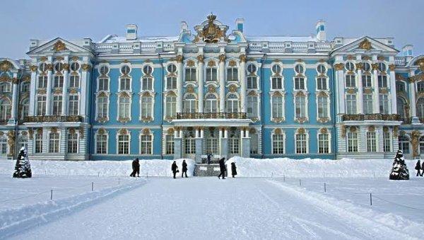 Le palais Catherine (en russe : Екатерининский дворец, Iekaterininski dvorets), appelé aussi improprement palais de Tsarskoïe Selo (car il existe aussi à Tsarskoïe Selo le palais Alexandre), est un palais de Russie du XVIIIe siècle de style baroque, situé à Pouchkine (ancienne Tsarskoïe Selo, c'est-à-dire « village du Tsar »), à 25 km de Saint-Pétersbourg.