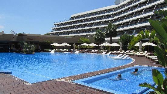 tu sais Ibiza c'est cher.y a que les riches qui rentrent a Ibiza