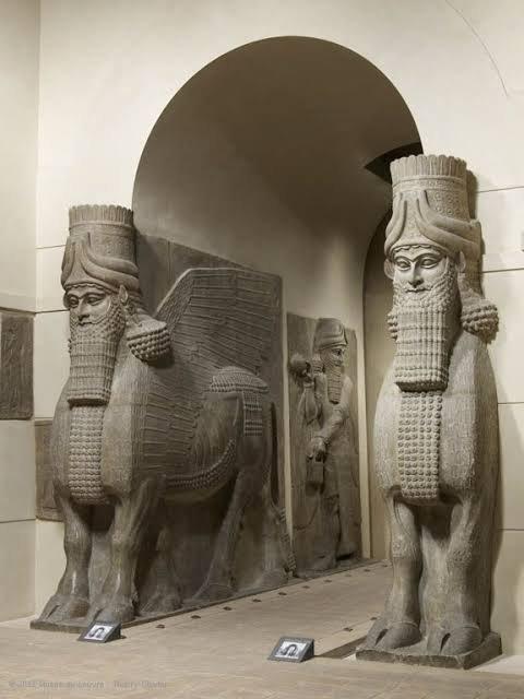 Dur-Sharrukin (Dūr-¦arrukīn ou Dūr-¦arrukēn, la « Forteresse de Sargon » en assyrien), située près de l'actuel village de Khorsabad dans le Nord de l'Irak, à environ 15 km de Mossoul, est une des capitales de l'ancienne Assyrie. Inaugurée en 707 av. J.-C. par le roi Sargon II (721-705 av. J.-C.), la ville est délaissée, en partie inachevée, à sa mort en 705 au profit de la nouvelle capitale, Ninive.