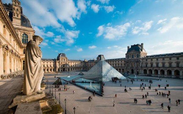 Le musée du Louvre est un musée d'art et d'antiquités situé au centre de Paris dans le palais du Louvre. Il est le plus grand des musées d'art du monde par sa surface d'exposition de 72 735 m2. Fin 2016, ses collections comprenaient 554 731 ½uvres, dont 35 000 exposées et 264 486 ½uvres graphiques. Celles-ci présentent l'art occidental du Moyen Âge à 1848, celui des civilisations antiques qui l'ont précédé et influencé (orientales, égyptienne, grecque, étrusque et romaine), les arts des premiers chrétiens et de l'Islam. Le musée compte 2 091 employés (fonctionnaires, contractuels et vacataires), dont 1 232 agents de surveillance, un garde pour chacune des 403 salles d'exposition, que complètent les effectifs affectés aux 900 caméras du système de télésurveillance.