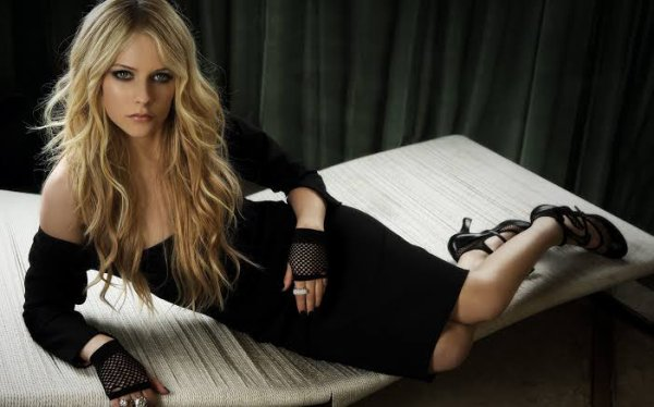 Avril Ramona Lavigne, née le 27 septembre 1984 à Belleville, dans l'Ontario, est une femme auteur-compositrice-interprète pop rock, chanteuse, musicienne, actrice et styliste canado-française. Elle connaît le succès depuis le début des années 2000 en ayant vendu 35 millions d'albums à travers le monde et 18 millions de singles.