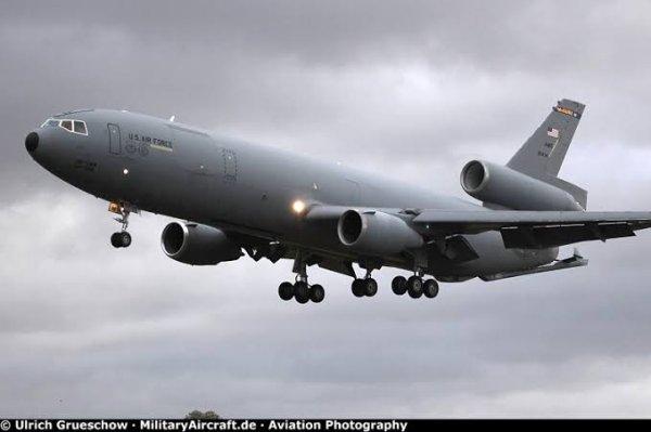 Le McDonnell Douglas KC-10 Extender est un avion ravitailleur en service dans l'United States Air Force dérivé de l'avion de ligne DC-10. Le KC-10 est le second avion de transport McDonnell Douglas à être sélectionné consécutivement par l'USAF suivant le DC-9.