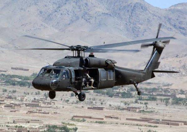 Le UH-60 Black Hawk est un hélicoptère de man½uvre et d'assaut moyen de l'armée américaine. Conçu par Sikorsky Aircraft Corporation pour remplacer le UH-1 Huey qui devenait obsolète, ce nouvel hélicoptère effectua son premier vol en 1974 et fut admis au service actif en 1979. Le remplacement du Huey par le Black Hawk ne se fit pas nombre pour nombre à cause du prix élevé de l'appareil ; les unités les plus importantes étant celles prioritairement dotées de cette nouvelle machine.