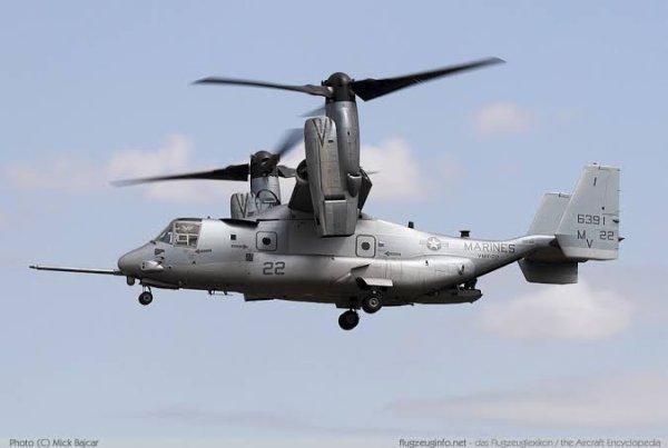 Le Boeing/Bell V-22 Osprey (balbuzard pêcheur) est un appareil de transport hybride américain. Il s'agit du croisement entre un avion de transport militaire et un hélicoptère. Sa formule à rotors basculants lui permet de décoller et atterrir verticalement, comme les hélicoptères de transport qu'il doit remplacer. C'est le premier appareil de ce type et de cette taille à être construit en série, malgré les controverses sur la sécurité soulevées lors de son développement.