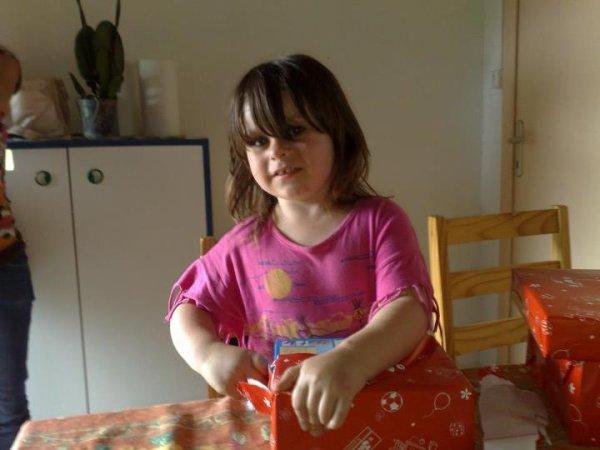 ma fille qui ouvre son cadeau :)