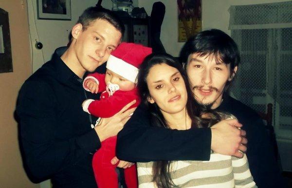 mon mari et moi :) et à coté le beau frere de mon mari et la petite kelly