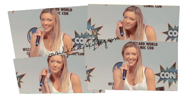 21 juin 2015 - Katie était présente au Wizard World Comic Con à Sacramento._________________ Toujours aussi disponible pour ses fans, Katie leur a montré comment elle faisait le cri de Black Canary.