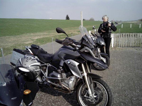 Ma femme , sa moto , et en premier plan ma 1200GS?