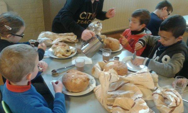 Déjeunons avec notre pain de la boulangerie,délicieux!
