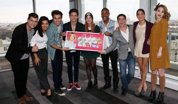 Voici des nouvelles photos du cast sur le tournage et en tournee ??????