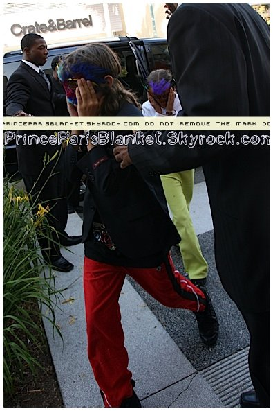 April 27 2009 | Children and MJ are shopping on Melrose Avenue