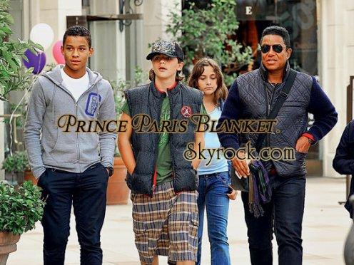 Foto Rara | Prince y Paris con Su tio y Primo al Cine