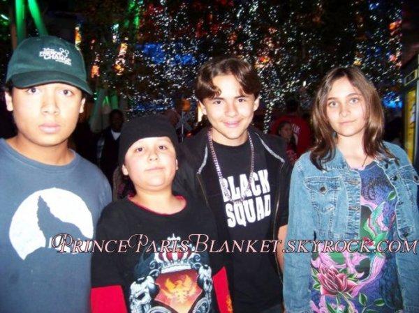 Foto Exclusiva | Prince y Paris junto a 2 fans el 4 de Diciembre 2010