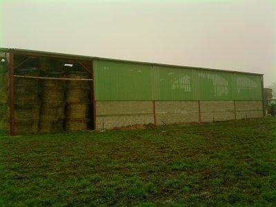bardage du nouveau hangars aec JD 6510(je veux 150 com sur cet article ) ps: il sont rendu.