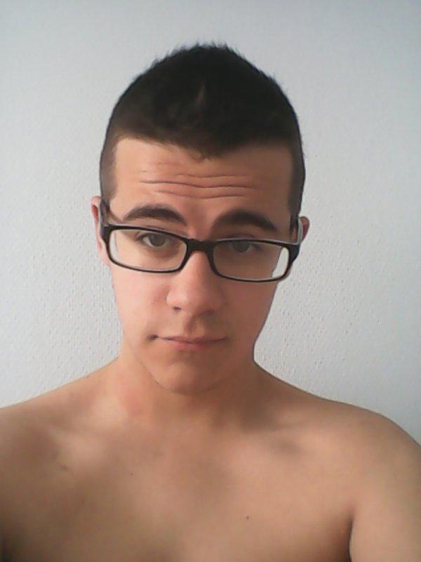 Cheveux: Coupés.